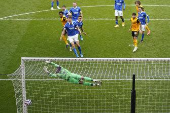 Adama Traore mencetak gol untuk Wolves.