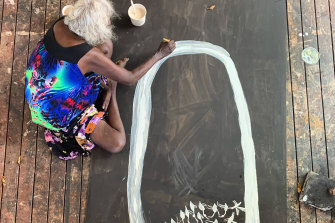 MulkunWirrpandapaintingPardaloteswith earth pigment on board atBuku-LarrŋgayMulkaCentre, Northern Territory.