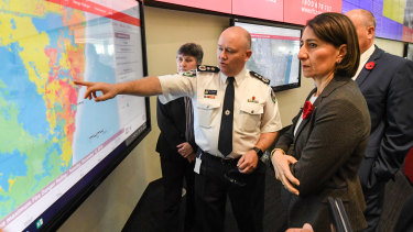 Premier Gladys Berejiklian is briefed by NSW RFS commissioner Shane Fitzsimmons in the NSW Rural Fire Service control room.