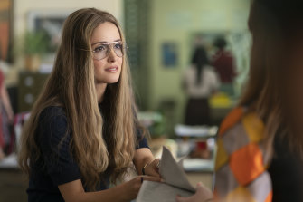 Rose Byrne as Gloria Steinem in Mrs America.