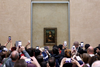 The Mona Lisa draws a tech-savvy crowd at the Louvre. A new viewing system aims to spread the love.