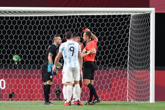 Francisco Ortega vede il colore rosso dall'arbitro Sardan Jovanovic.