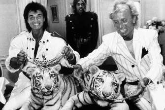 Roy Horn, left, and Siegfried Fischbacher pose with their rare white tigers during a stop at Van Cleef & Arpels jewellery shop in New York in 1987.