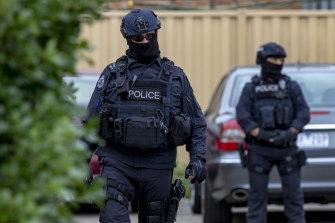 Federal police outside Ertunc Eriklioglu's house in Dallas in 2018.