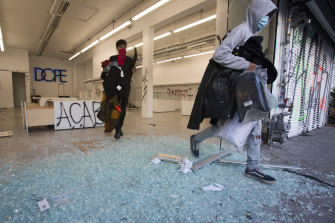 Protesters looting a shop in Los Angeles over the weekend.