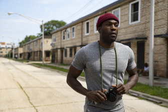 Anthony McCoy (Yahya Abdul-Mateen II) wanders through the row-house remnants of the Cabrini Green housing estate in search of inspiration.