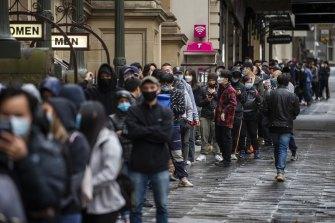 Persone in attesa di essere vaccinate contro il COVID-19 nel municipio di Melbourne questa settimana.