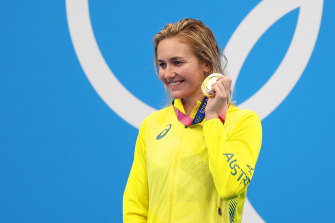Ariarne Titmus with her gold medal.