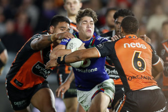 Rookie sensation Reece Walsh starred for the Warriors as they held on for a four-point win over the Tigers in Gosford.