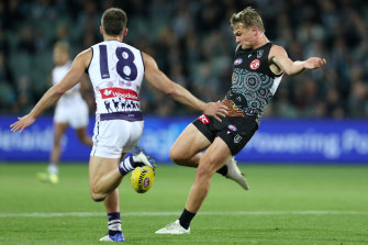 Ollie Wines get a kicks away in Port Adelaide's win over the Dockers.