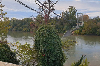 The road suspension bridge linking the towns of Mirepoix-sur-Tarn and Bessieres collapsed.