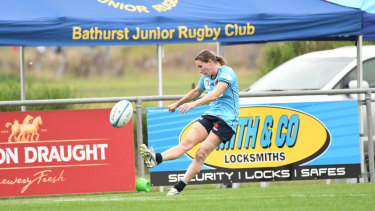 Ashleigh Hewson kicks in Bathurst as the Waratahs win their way through to the Super W final.