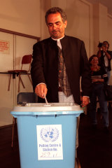 Exiled East Timorese leader and Nobel laureate Jose Ramos-Horta casts his vote in Sydney