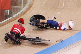 Frederik Madsen dari Denmark dan Charlie Tanfield dari Inggris Raya setelah kecelakaan mereka pada hari Selasa.