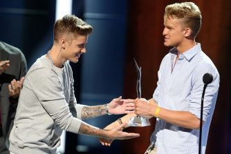 Justin Bieber presents Cody Simpson with a gong at the 2014 Young Hollywood Awards.