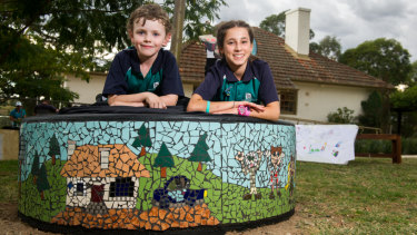 Charles Weston School students Thomas Watson, nine, and Hila Moreh, 11, with the mural at Stromlo Cottage.