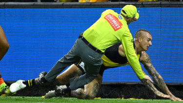 Dustin Martin collides with the goal umpire.