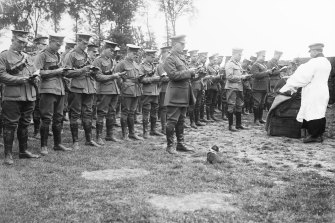 Chaplain Dexter conducting a service on the Western Front in 1916.