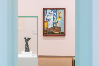 Henri Matisse's painting Le torse de plâtre, bouquet de fleurs, hung behind one of his sculptures.
