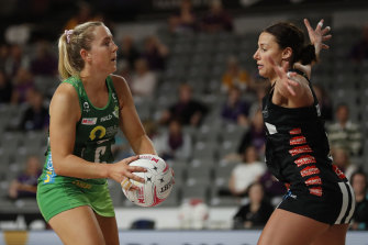 Fever's Jess Anstiss looks to pass past Magpie Kelsey Browne.