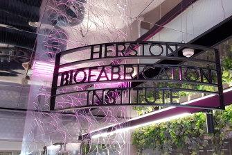 Institut ini memiliki lab pencetakan 3D serta sejumlah fasilitas yang dibangun khusus lainnya di dua tingkat.