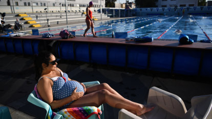 Melbourne enjoys 'unusual' warm spell ahead of winter