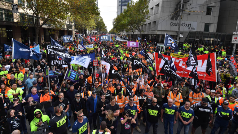 The crowd stopped just after 11am outside the Melbourne Magistrates court where CFMMEU secretary John Setka and his deputy, Shaun Reardon, are appearing for a committal hearing.