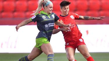 Canberra's Ellie Carpenter and Adelaide's Michelle Heyman locking horns in round four.