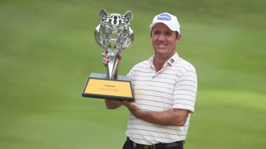 Delighted Aussie Hend with his trophy.