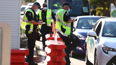 Queensland police officers stopping cars at the Griffith Street border checkpoint in Coolangatta last month. (File image)
