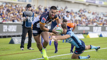 Tom Wright touches down for the Brumbies.