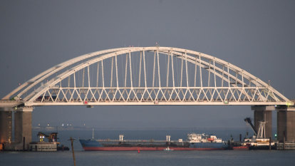 Russia returns seized ships to Ukraine, talks about talks