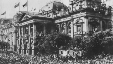 Crowds celebrate the armistice outside the Town Hall on Swanston Street.