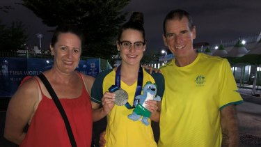 Kaylee McKeown with her late father Sholto, mum Sharon and her silver medal from the 2019 world championships.