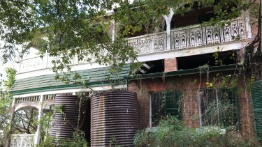 Lamb House at Kangaroo Point showing two old water tanks and gorgeous verandah timberwork remaining.