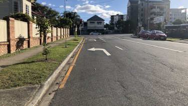 Bell Street at Kangaroo Point with the yellow line and dedicated turn line.