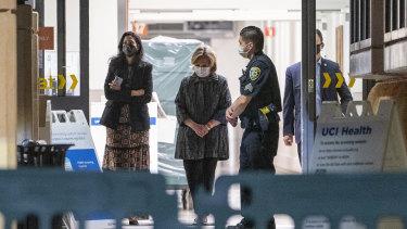 Mantan ibu negara dan mantan Menteri Luar Negeri AS Hillary Clinton, tengah, keluar dari University of California Irvine Medical Center di Orange, California.