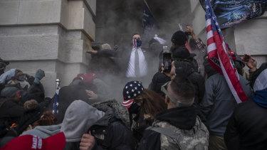 Demonstran berusaha menembus Capitol AS setelah mereka sebelumnya menyerbu gedung.