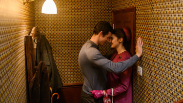 Callum Turner as Anthony O'Hare and Shailene Woodley as Jennifer Stirling in The Last Letter From Your Lover.