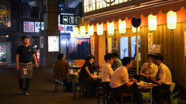 Diners at an izakaya bar in Tokyo in the first week since Japan's state of emergency was lifted.