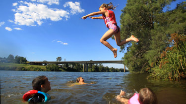 Swimmers in the Hawkesbury near Penrith: no warnings yet if pollution levels are high.