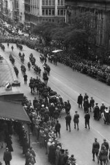 The funeral cortege travels down Collins Street on the way to Brighton Cemetery.