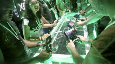 E3 attendees try out Microsoft's Project xCloud streaming service.