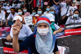 Kendaraan lapis baja terus terlihat di jalan-jalan ibu kota Myanmar pada hari Selasa, tetapi pengunjuk rasa muncul meskipun ada kehadiran militer.