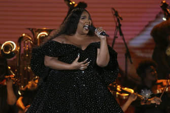 Lizzo opened the Grammys with a powerhouse performance dedicated to Kobe Bryant.