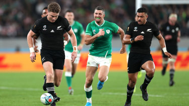 Beauden Barrett toes ahead before adding another try.
