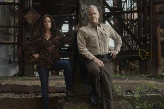 Maura Tierney as Grace Poe and Jeff Daniels as Del Harris in American Rust.