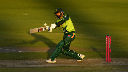 Hafeez steers Pakistan to thrilling win over England to tie series