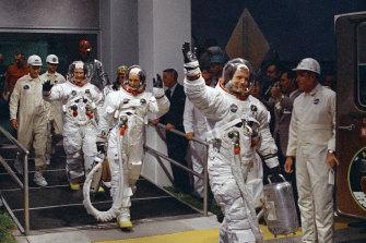 (Desde la derecha) Neil Armstrong, Michael Collins y Buzz Aldrin se preparan para despegar en el Centro Espacial Kennedy en Florida en 1969.
