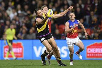 Toby Nankervis attempts a mark while under pressure from Brisbane's Tom Fullerton.